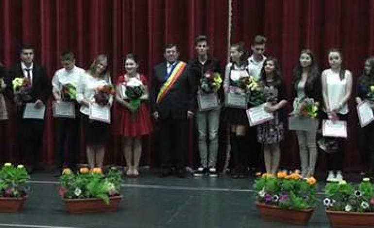 Premii pentru șefii de promoție din Pașcani. Vezi cine primește o mie de lei, flori și diplomă