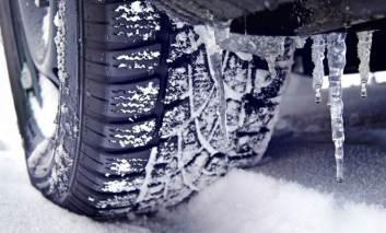 Avertisment pentru șoferii care s-au grăbit să schimbe cauciurile! Firmele de asigurare au dreptul să refuze despăgubirea în caz de accident