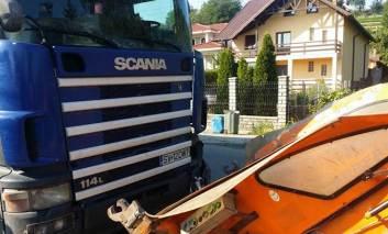 Un camion a intrat într-o mașină de salubritate. Doi muncitori, în stare de soc