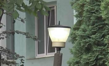 Lumină pe străzi în timpul zilei. Noaptea sunt probleme