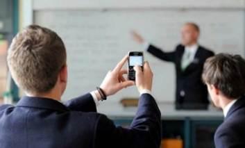 Ce fac elevii cu telefoanele la ore