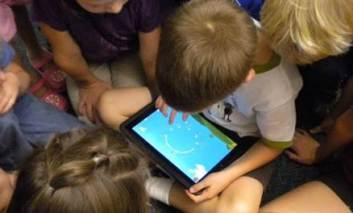 Cum localizezi copilul și îi monitorizezi activitatea când crezi că e la școală