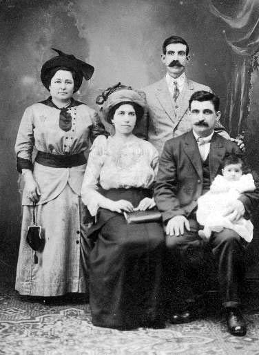 Genny ed Achille Braganti seduti, Umberto in collo, New York, circa 1916