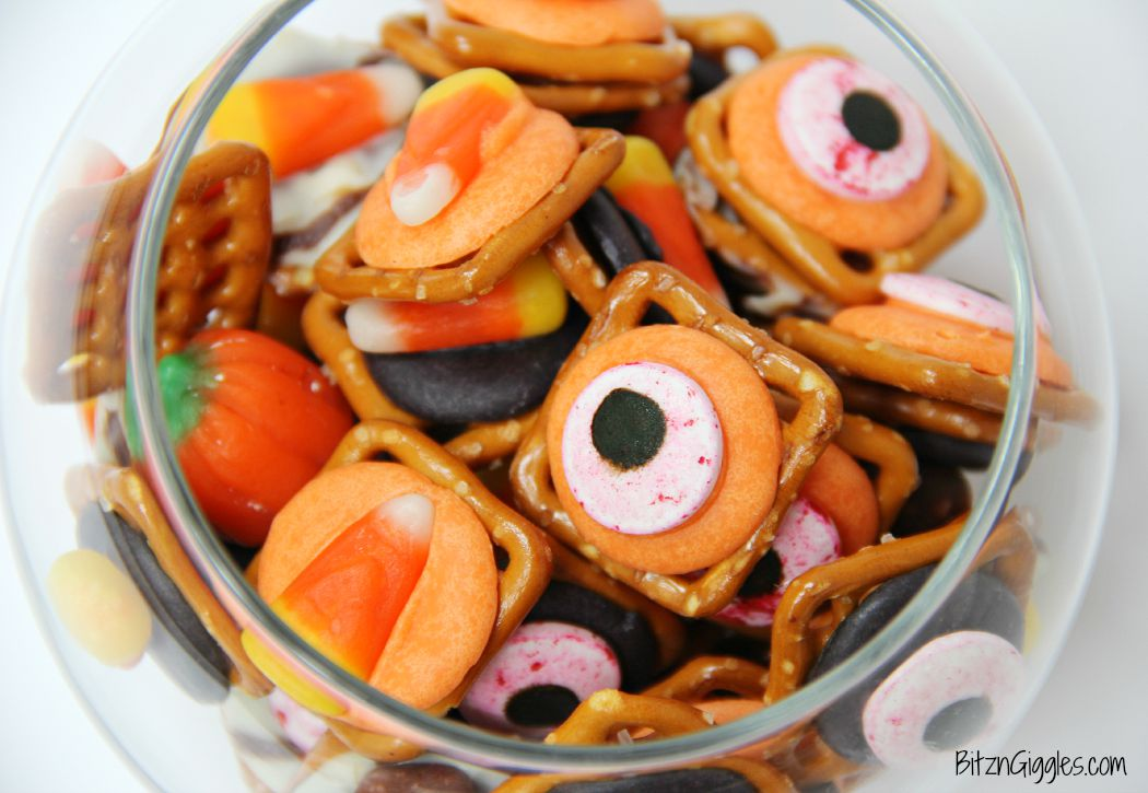 """Halloween Pretzel Treats - A sweet and salty treat with a little bit of """"spook!"""" Perfect for Halloween!"""