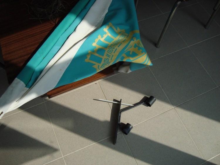 Знамето на община Габрово е изтръгнато и стъпкано на площада след конфликт на местната власт с мутрите-дървосекачи.