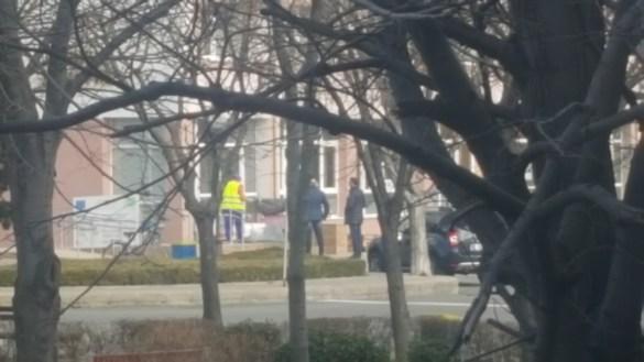 Широката атакува репортера пред РПУ. Полицията прикрива нападението  Бившият гард на Митьо Очите псува и нападна репортер на Биволъ в Поморие