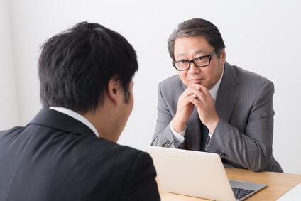 面接官の男性と就活生の男性が面接をしている