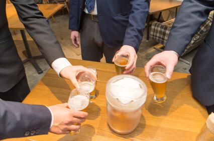 ビールで乾杯する様子