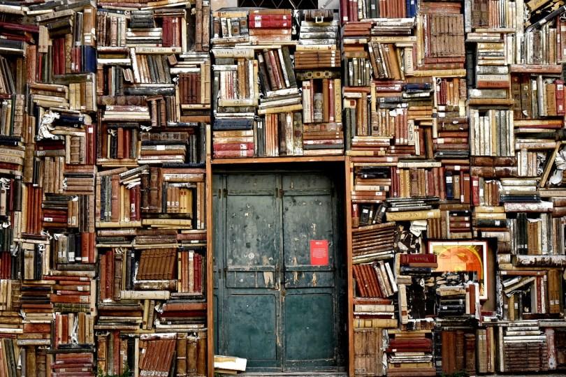 図書館で本を借りようの画像