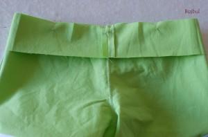 4ème étape de montage du short joyeux : le montage de la ceinture sur le short
