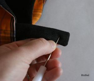 A l'aide du poinçon, on fait un trou à l'endroit où l'on souhaite installer le bouton pression plastique