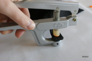 La pince KAM vient écraser le bouton pression plastique