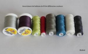 En couture il faut avoir du fil, c'est la base de la couture !! Pour les 1ers pas en couture, on se contente de fil noir et blanc puis à chaque projet sa couleur qui vient augmenter le stock de bobines !