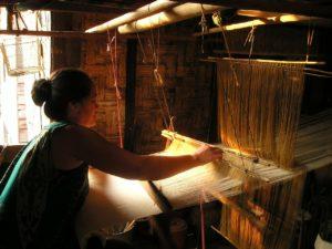 sur un métier à tisser, il est facile de trouver le sens du tissu : des fils de chaîne sont tendus, des fils de trame viennent perpendiculairement former le tissage.