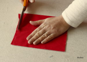 lors de la découpe du tissu, on garde toujours une main posée sur la partie à découper