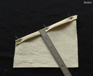 tutoriel couture porte couverts de Noël on fait un ourlet sur la partie en lin