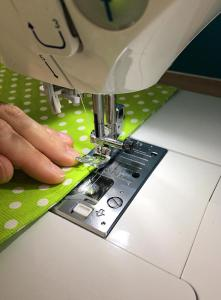 Surpiqure à la machine à coudre lors d'un cours de couture à l'atelier Bizibul. L'atelier couture proche de Nantes (44), Pornic, Saint-Herblain et Couëron.