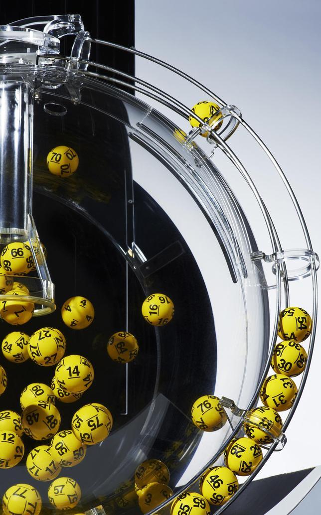 """Wszystkie tajemnice Lotto. Czy możliwe jest na przykład """"dorzucenie"""" szczęśliwego kuponu?"""