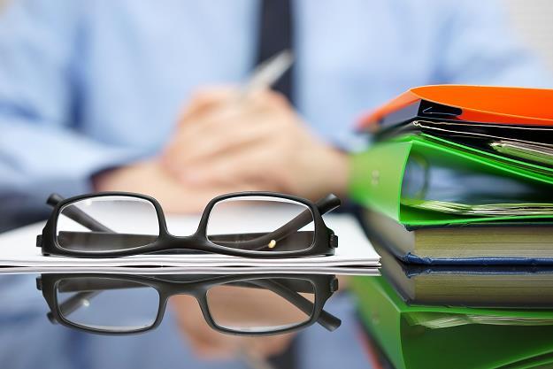 """Zatory płatnicze to olbrzymi problem, na opóźniające się płatności skarży się 80-90 proc. firm, czas to zmienić – podkreśla wiceminister przedsiębiorczości itechnologii Marek Niedużak. Dodaje, że pierwszych postępowań ws. opóźnień płatności będzie się można spodziewać wpołowie 2020 r.  Rząd na wtorkowym posiedzeniu rozpatrzy projekt ustawy, który ma ograniczyć zatory płatnicze iukrócić praktyki przedłużania regulowania faktur przez niektóre firmy.  Niedużak przyznał, że mimo iż projekt jest interwencją państwa wrelacje B2B (pomiędzy przedsiębiorcami) to spotkał się on zpozytywną opinią większości organizacji zrzeszających firmy, szczególnie zsektora MŚP imających kapitał krajowy.  – Patrząc na dane wynika znich jasno, że zatory płatnicze to duży problem dla firm. 80-90 proc. firm twierdzi, że doświadcza opóźniających się płatności. Zkolei połowa przedsiębiorców spotkała się zsytuacją, kiedy silniejszy kontrahent wymusił wydłużony termin płatności – wyjaśnił wiceminister.  Przedstawiciel MPiT powiedział, że zatory płatnicze są szczególnie groźne dla małych firm, dla których """"przeterminowanie"""" kilku czy kilkunastu faktur może wręcz """"położyć"""" przedsiębiorstwo. Wiceminister wskazał na trzy podstawowe zmiany, jakie wprowadzi nowe prawo.  Po pierwsze nowe przepisy skrócą terminy płatności – wtransakcjach, wktórych dłużnikiem jest podmiot publiczny, do 30 dni, bez możliwości wydłużenia (wyjątek stanowią podmioty lecznicze, dla których proponuje się pozostawienie terminu 60-dniowego); oraz 60-dniowego terminu zapłaty wtransakcjach, wktórych wierzycielem jest MŚP, adłużnikiem duży przedsiębiorca.  Drugim rozwiązaniem są tzw. ulgi na złe długi wpodatkach PIT iCIT, na wzór mechanizmu funkcjonującego wpodatku VAT. Mechanizm polega na tym, że wierzyciel, który nie otrzyma zapłaty wciągu 90 dni od upływu terminu określonego wumowie lub na fakturze będzie mógł pomniejszyć podstawę opodatkowania okwotę wierzytelności; jednocześnie dłużnik będzie miał obowiązek podniesienia podstawy"""