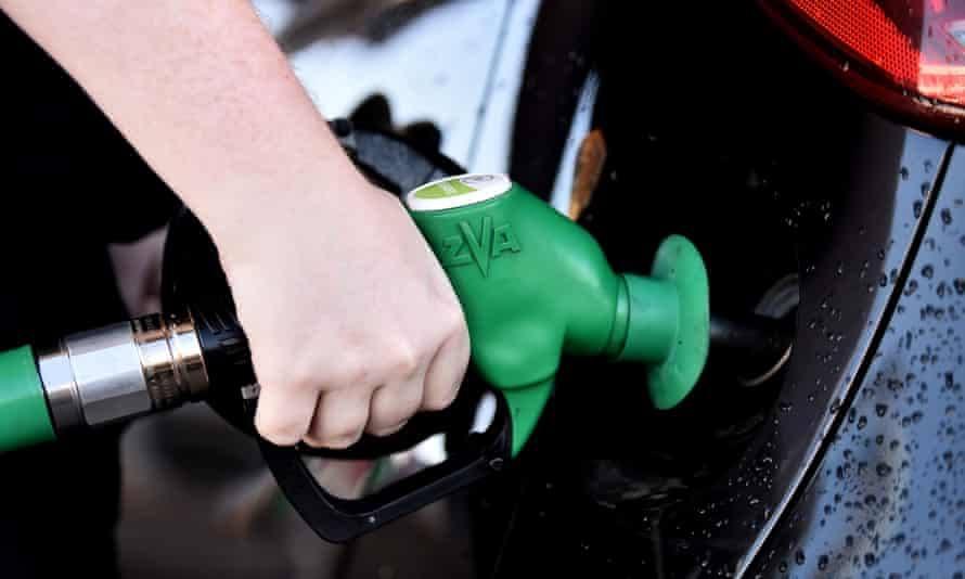 Po kryzysie pandemicznym koszt benzyny w Wielkiej Brytanii osiągnął najwyższy poziom od 2013 roku