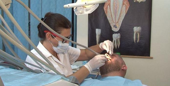 Emigrantët vijnë bëjnë dhëmbët në Shqipëri se janë lirë