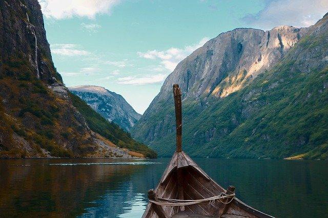 Asatrù est une religion de réflexion, bateau viking avec vision sur l'horizon
