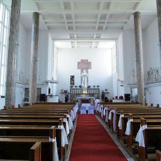 Evanjelický kostol, v ktorom sú sochy od Bártfaya. Architekt bol Harminc.