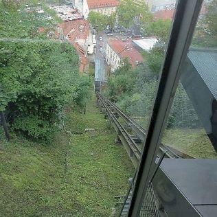 Z centra na hrad sa dá vyviezť pozemnou lanovkou.