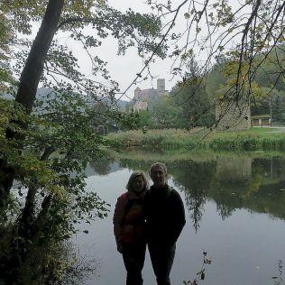 Betka a Karol stojaci na hladine Dyje a hrad Hardegg v pozadí.