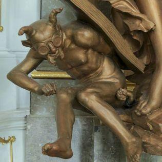 Detail čerta na jednej zo sôch. Zapisoval hriechy mladého muža, na ktorého boku visí. Andrej poznamenal, že má ohňovzdorné okuliare, aby sa mu nerozpustili v pekle :-)
