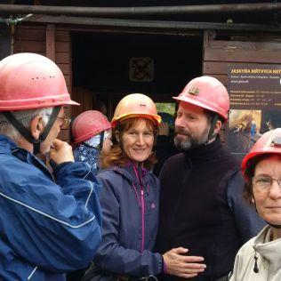 Inštrukcie pred jaskyňou.