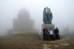 Pred kaplnkou je súsošie Cyrila a Metoda.