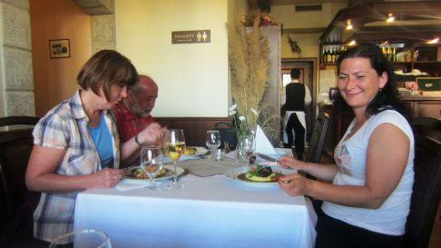 Večeriame spolu s našou Betkou, majiteľkou autobusovej spoločnosti a zároveň šoférkou.