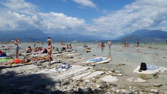 Kamenné lehátka na pláži.