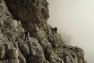 Vychádzajúc z hmly si treba rýchlo užiť pohľad do hĺbky, kým nie sme opäť v hmle.
