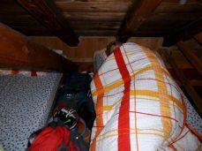 kladáme sa k spánku. Hoci v podkroví, každý si nachádza svoje miesto. Menší grupák aj s cudzími, ale spí sa dobre, dokonca v perinách.
