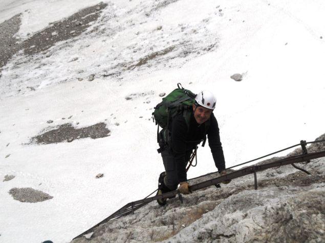 Však Karolovi zmrzne úsmev, keď na konci rebríka uvidí prechod zo skaly na sneh cez lano.