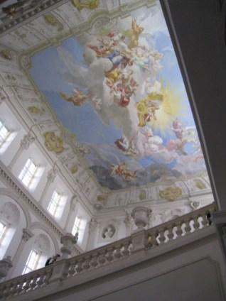 Optická ilúzia vysokého stropu. Jeho výška nad oknami je len 40 cm.