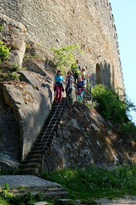 Východ z hradu je skratkou bočným schodiskom.