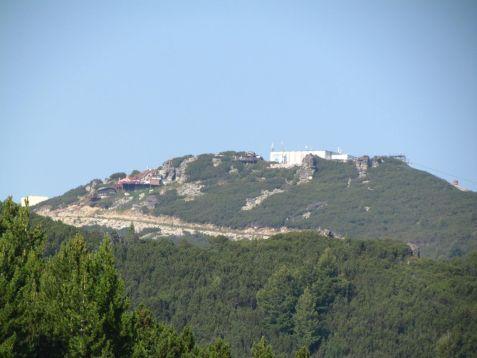 Miro so Soňou - pekný pohľad na konečnú lanovky pod Musalu z protiľahlého hrebeňa.