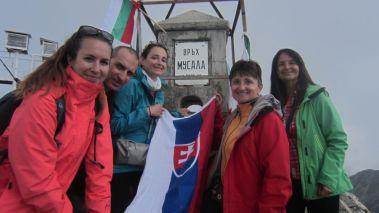 Postupne sa fotíme v skupinkách ako prichádzame, nech má každý foto s vrcholom a tiež vlajkou.