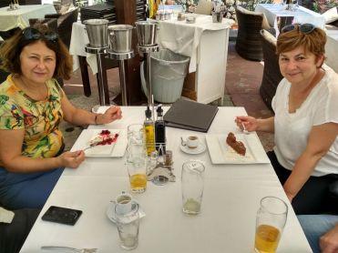 Zákusok po obede v reštaurácii Viktória Cár Osloboditeľ, neďaleko od chrámu. Ceny prijateľné. Potom nás už autobus zobral na letisko.