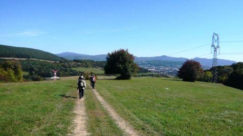 A už schádzame do Trenčína, v pozadí hrebeň Považského Inovca s najvyšším vrchom Inovec (1 043 m n. m.).