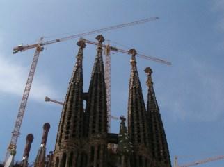 Skyen bag kranerne ved Sagrada Familia-kirken, Barcelona. Foto: Jonathan Nielsen