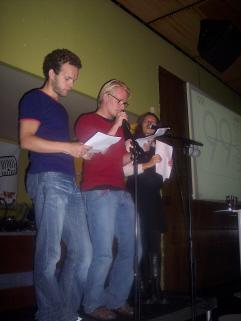 Opførelse af 99 Linier live på Ideal Bar i Vega: Jonathan Nielsen, Frederik Bjerre Andersen og Anita Egelund