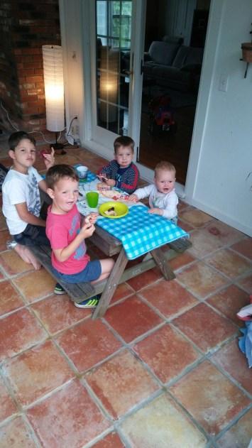 Neefjes en nichtje samen aan tafel