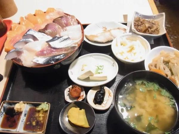 札幌のデカ盛り②あの番組で有名に!?はみ出る海鮮系「みゆきちゃん定食」