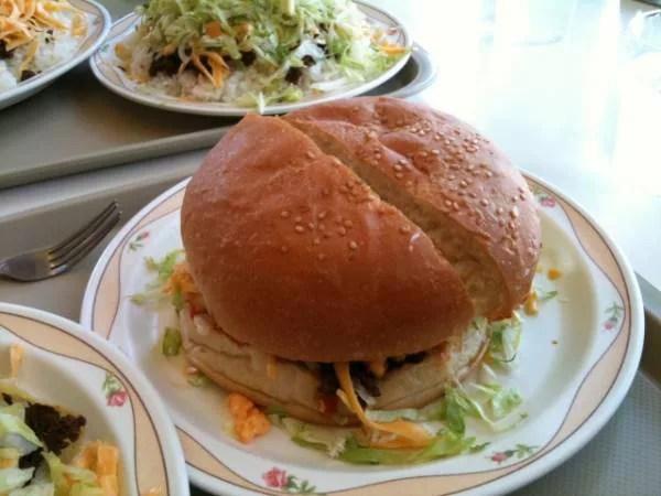 沖縄県超大盛りデカ盛りグルメ①タコライスだけじゃない!キングタコスのハンバーガー