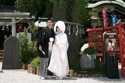 ⑥夫婦イチョウの元で結婚式を挙げるカップルもたくさん!