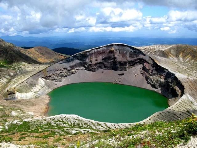 蔵王観光スポットランキング①エメラルドグリーンの火口湖!御釜